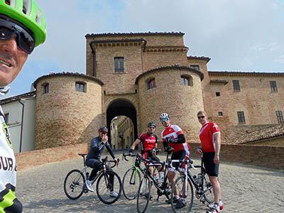 bici-gusti-italy-castle-cobbles